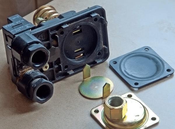 Давление воды на подвижную металлическую пластину в блоке управления передается через резиновую мембрану.