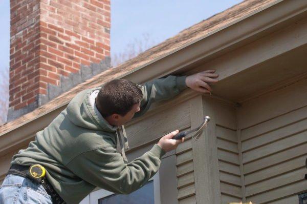 Даже отделка фасада деревянной доской не обходится без применения доборных элементов