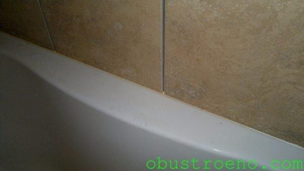 Даже при постоянном уходе контактирующий с водой белый герметик со временем меняет свой цвет.