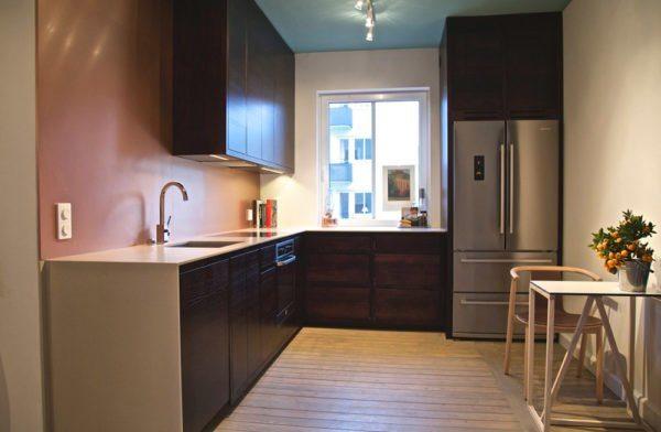 Даже скромные по площади кухни с окном небольшого размера могут быть просторными благодаря минимализму