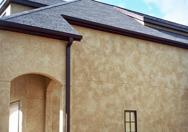 Декоративная штукатурка способна выгодно украсить фасад дома, но и обойдётся она дороже