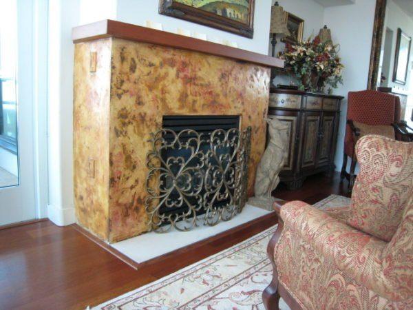 Декоративная «Венецианская» шпаклевка на камине смотрится не хуже натурального камня.