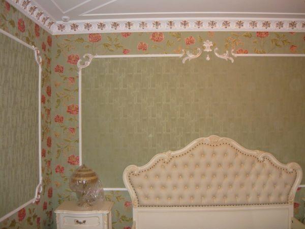 Декоративные планки разграничивают два вида обоев.