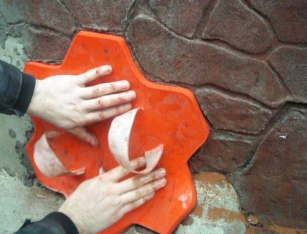Декорирование поверхности печки полиуретановым штампом.