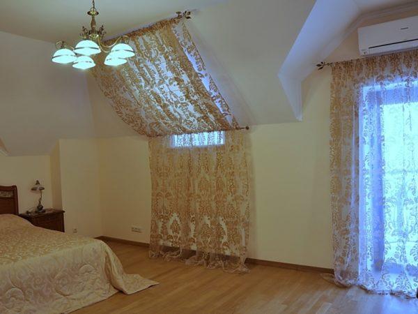 Декорирование шторами вертикального и наклонного оконного проема.