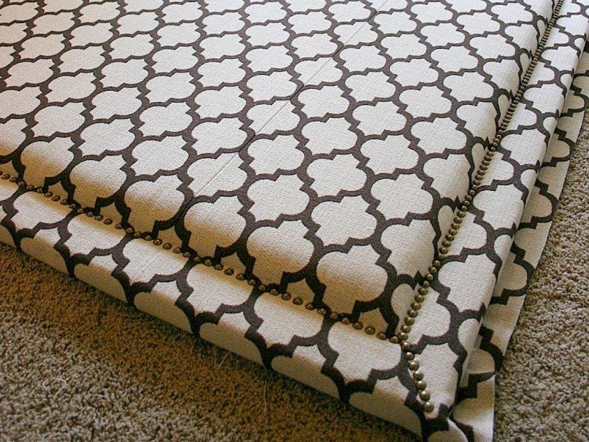 Декорирование тканевой обшивки мебельными гвоздями