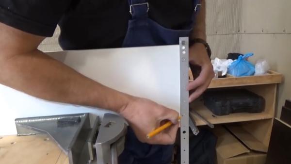 Делать отверстия под разметку карандашом можно, только если на поверхности ЛДСП краска, с винилового покрытия отметка быстро сотрется
