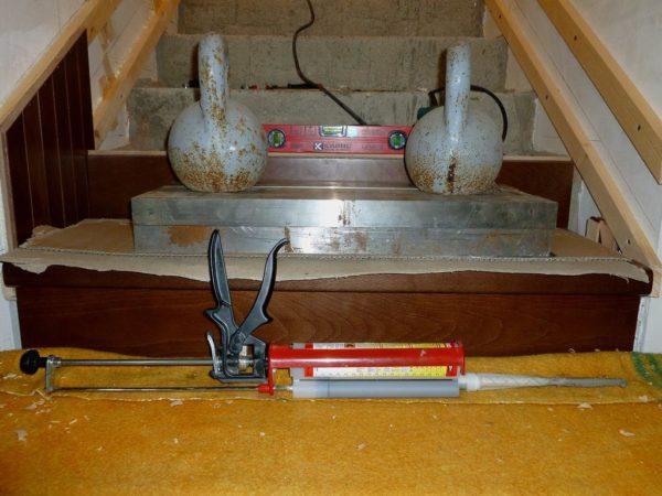 Деревянная облицовка может быть приклеена к бетону жидкими гвоздями