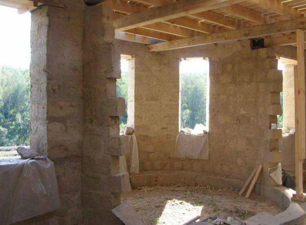 Деревянная обрешетка потолка в саманном доме