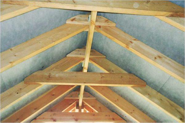 Деревянные накладки выступают как дополнительные элементы и исполняют роль поперечных затяжек.
