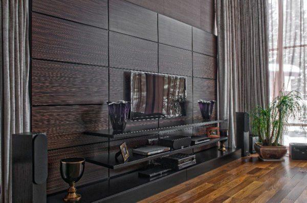 Деревянные настенные панели в интерьере гостиной