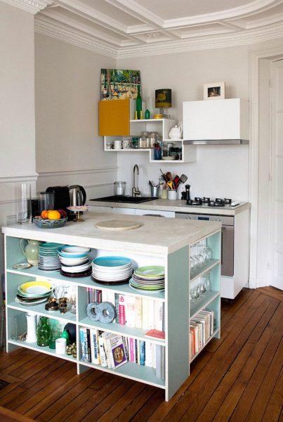 Деревянные, пластиковые, металлические стеллажи позволят эргономично организовать пространство на кухне