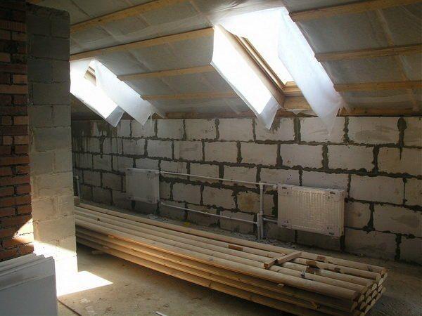 Деревянный потолок, как на фото, лучше всего подойдет для оформления крыши мансарды в доме из пеноблоков