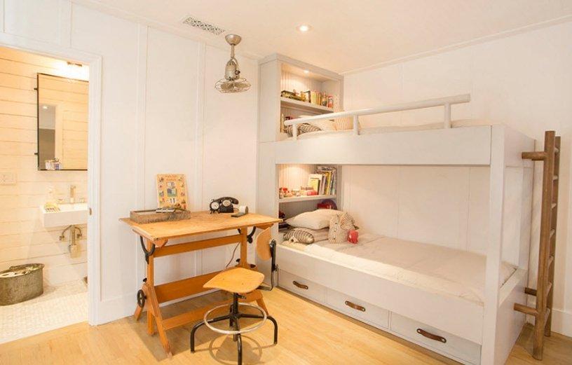 Детская в светлых тонах с кроватью в углу — простое и стильное решение