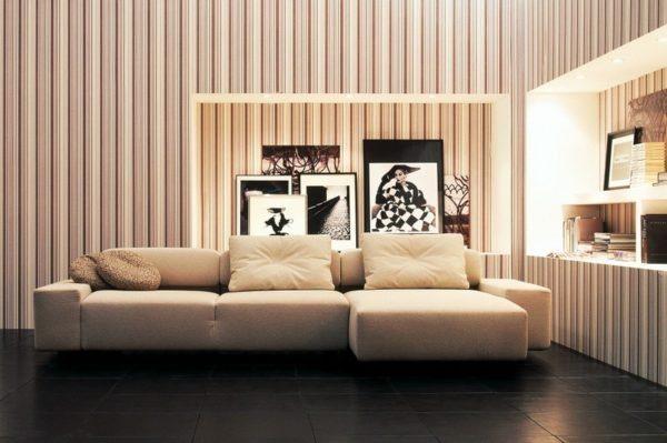Дизайн гостиной с фотообоями в случае низкого потолка – это интерьерное преступление, которое визуально уменьшит комнату