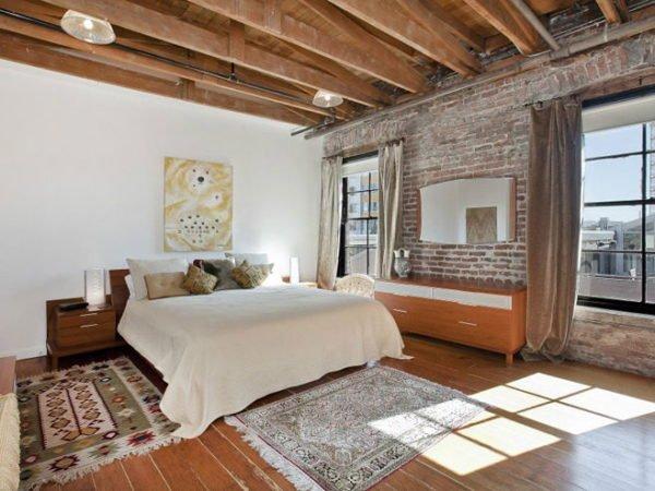 Для «чердачного» стиля характерны стены из необлицованного кирпича и открытые балки перекрытия.