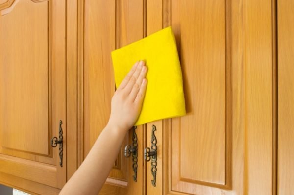 Для чистки мебели используется исключительно мягкая ветошь и средства без абразивных составляющих.