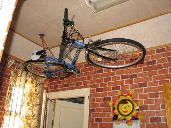 Для экономии места в типовой квартире можно использовать комбинированный вариант: один потолочный крюк и два стеновых поддерживающих кронштейна.