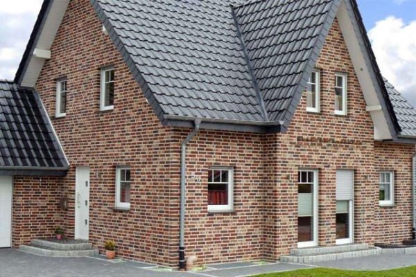 Для фасадов дома используют бежевые и молочные оттенки облицовочного кирпича