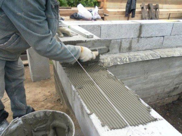 Для кладки газосиликатных блоков используется специальный клей