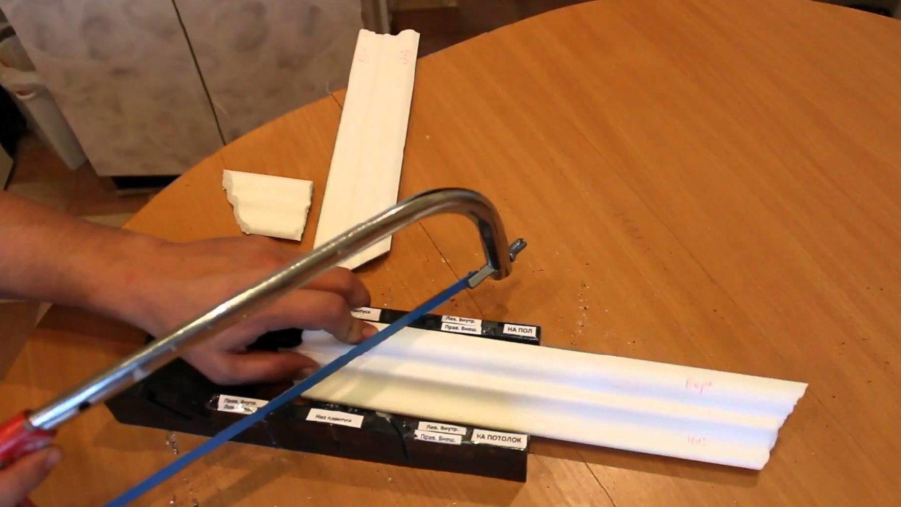 Для максимально точного результата резать потолочный плинтус лучше с помощью стусла.