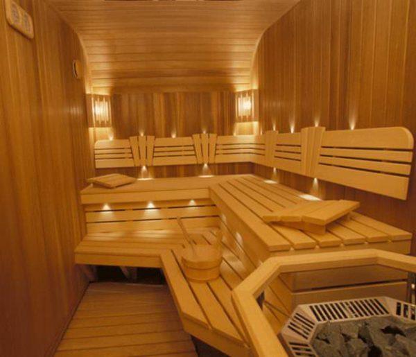 Для обшивки внутренних помещений бани не рекомендуется применять пластик, металл. Дерево – идеальный материал