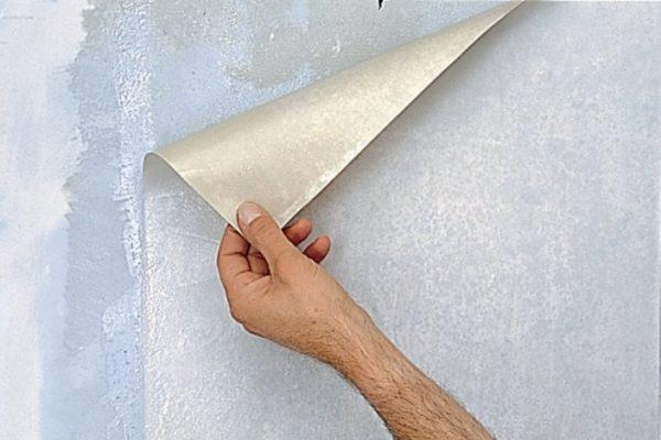 Для определения качества адгезии обоев к побелке приклейте пробный лист