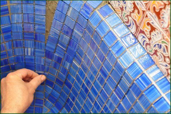Для отделки криволинейных поверхностей лучше всего использовать мозаику.