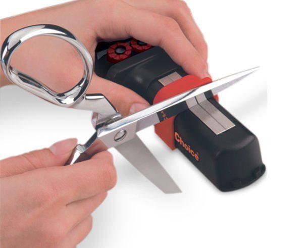 Для правильной заточки режущих кромок применяется специальное устройство.