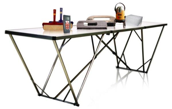 Для работы необходимы не только инструменты, но и стол – на нем смазываем клеевым раствором полосы.
