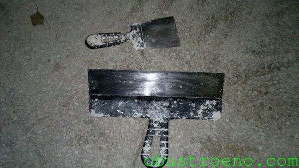 Для шпатлевания удобно использовать два шпателя разной ширины.