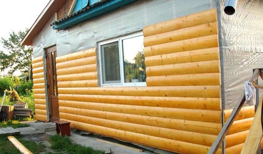 Для сохранения привлекательного внешнего вида можно обшить утепленный фасад имитацией бруса или блокхаусом