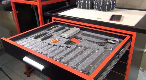 Для удобства пользования тумбой в выдвижные ящики можно приспособить самодельный ложемент