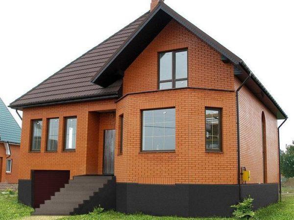 Дом из кирпича — это одно из самых надежных строений.