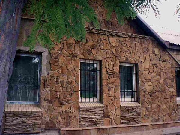 Дом, облицованный натуральным камнем.