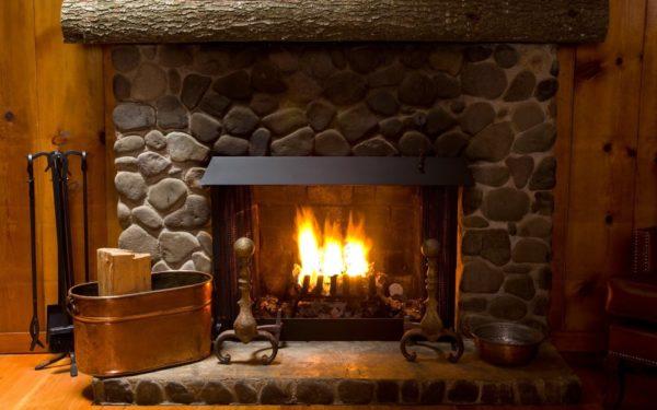 Дровяной камин отличается мощным солидным видом, наделяющих кухню наветом средневековья