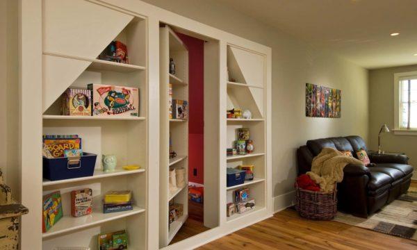 Двери, декорированные под секцию шкафа, делают вход абсолютно незаметным.