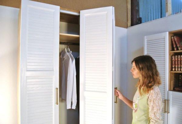 Двери старого гардероба несложно заменить на жалюзийные