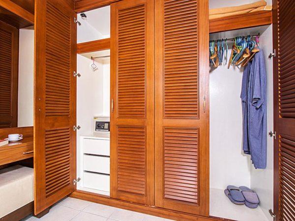 Дверки из планок-ламелей придают шкафу стильный вид
