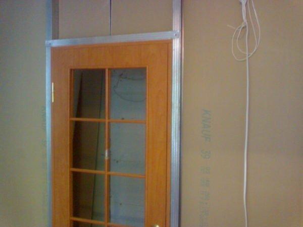 Дверной блок монтируется на стадии сборки каркаса.