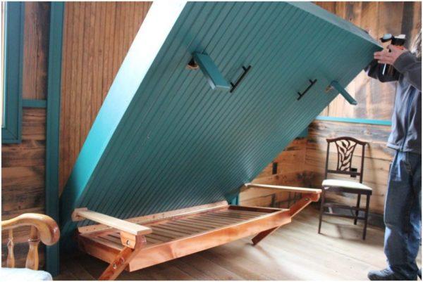 Дверной фасад кровати набранный из вагонки — практичное решение для интерьера загородного дома или дачи