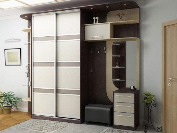 Двухдверный шкаф отлично дополняет модульную конструкцию для прихожей.
