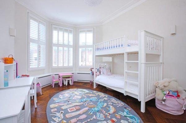 Двухуровневые конструкции обеспечивают сразу несколько спальных мест, при этом не занимают много полезной площади