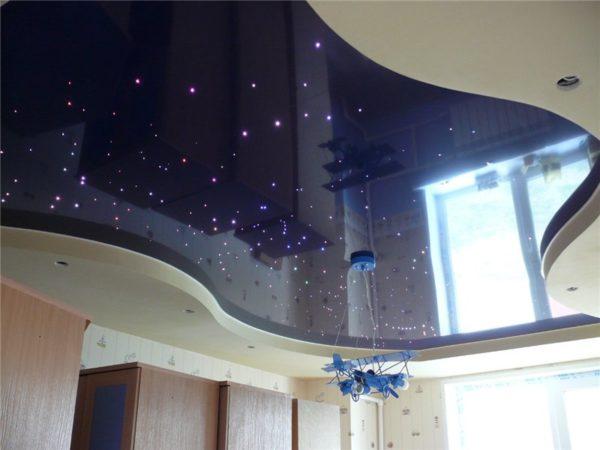 Двухуровневый натяжной потолок с эффектом звездного неба.