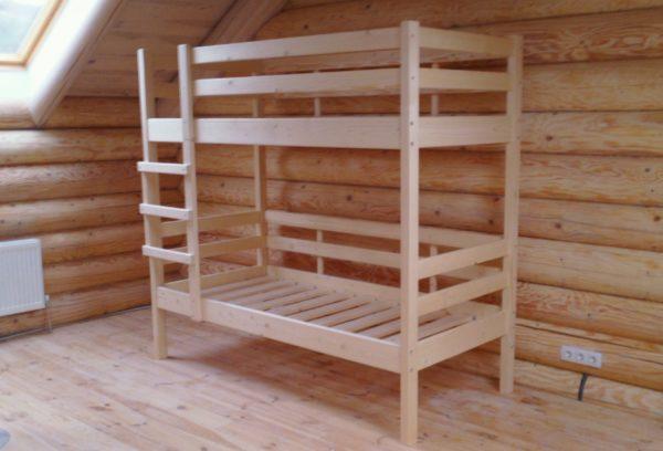 Двухъярусные кровати из дерева надежны и удобны в эксплуатации