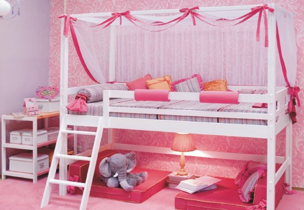 Двухъярусные модели и кровати-чердаки значительно экономят пространство в помещении, но подходят для деток от 4-5 лет