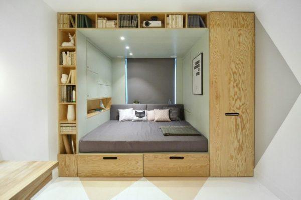 Двуспальный альков может вместить большое количество дополнительных полок и ящиков