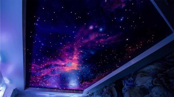 Эффект звездного неба на потолке смотрится восхитительно.