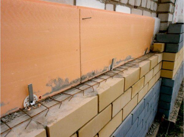 Экструдированный пенополистирол предназначен для утепления блочных сооружений, на деревянные дома его монтировать не желательно.