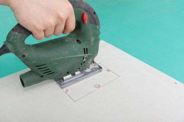 Электрический лобзик хорошо подойдет для фигурного раскроя.